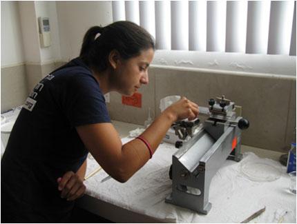 Isabel Haro gör rent mikrotomen som donerats av BVF på SLU. Foto: Beate Hillmann.