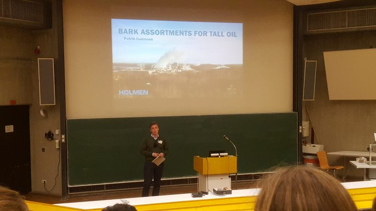 "Patrik presenting his master thesis ""Bark assortments for tall oil"""